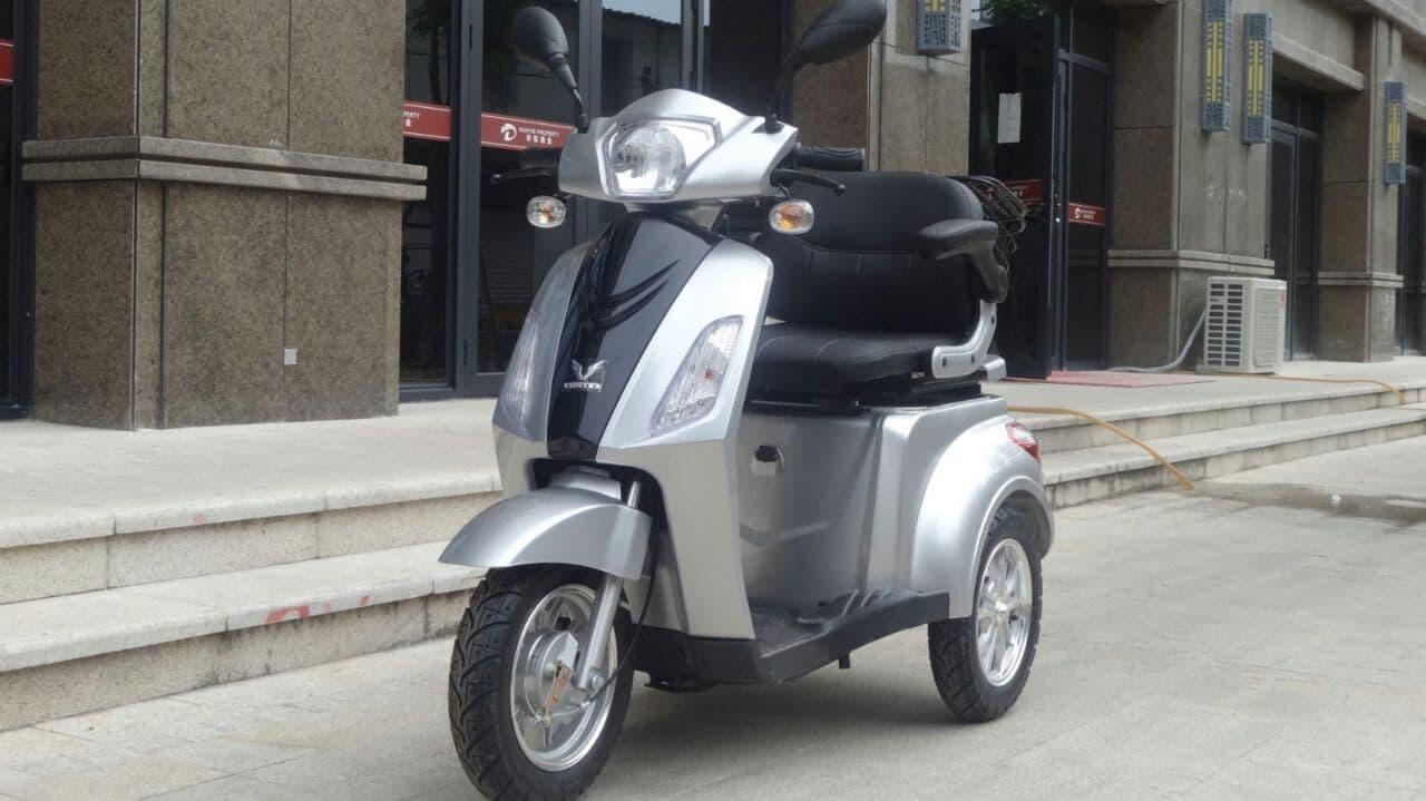 קלנועית אפורה בטיחותית באתר