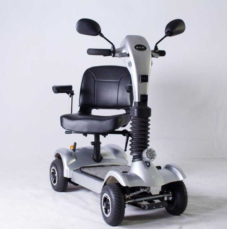 כיסא מסתובב בקלנועית יובל להקלה על כניסה למושב